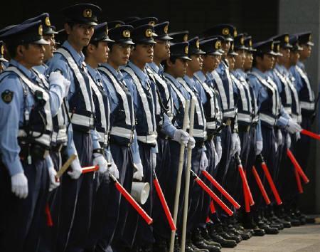 7月5日、北海道洞爺湖サミットを前に国内外のNGOや市民団体などが札幌市内で大規模な反対デモを実施。写真は警備に当たる警察官(2008年 ロイター/Vivek Prakash)