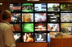 <p>Televisori esposti ad un salone in una foto d'archivio. REUTERS/Eric Gaillard</p>