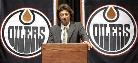 New Edmonton Oilers' owner Daryl Katz speaks to the media and employees during a news conference announcing the NHL team's new owner in Edmonton July 2, 2008. REUTERS/Dan Riedlhuber