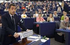 <p>Президент Франции Николя Саркози (слева) выступает в Европейском парламенте в Страсбурге 10 июля 2008 года. Дальнейшее расширение Евросоюза, в состав которого сейчас входят 27 государств, невозможно без реформы основных институтов блока, сказал президент Франции Николя Саркози, чья страна с июля на полгода заняла переходящий пост председателя ЕС. (REUTERS/Vincent Kessler)</p>