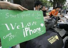 """<p>Поклонник Apple держит табличку с надписью """"Мы любим iPhone"""", стоя в очереди за этим телефоном в Токио 9 июля 2008 года. Новый iPhone, по всей видимости, станет хитом в азиатских странах, где его продажи начнутся в пятницу, но на """"черных рынках"""" от Шанхая до Бангкока спрос на элегантный смартфон уже сейчас очень высок. (REUTERS/Toru Hanai)</p>"""