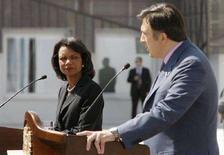 <p>Президент Грузии Михаил Саакашвили (справа) и госсекретарь США Кондолиза Райс на совместной пресс-конференции в Тбилиси 10 июля 2008 года. Россия должна способствовать мирному урегулированию конфликтов в Грузии вместо того, чтобы усугублять напряженность в регионе, сказала госсекретарь США Кондолиза Райс в ходе визита в Грузию. (REUTERS/David Mdzinarishvili)</p>