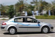 <p>Прототип электромобиля демонстрируется представителям СМИ в Тель-Авиве. Португалия заключила соглашение с французским автопроизводителем Renault и его японским партнером Nissan о расширении использования электрических автомобилей посредством создания национальной сети станций для подзарядки. (REUTERS/Gil Cohen Magen)</p>