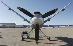 <p>Беспилотный самолет-разведчик Predator в Форте Хуачука (штат Аризона), 5 декабря 2006 года. Вооруженные ракетами беспилотные летательные аппараты США начали патрулирование афгано-пакистанской границы, барражируя над пуштунскими деревнями в поисках боевиков и вызывая у местных жителей страх и раздражение. (REUTERS/Jeff Topping)</p>