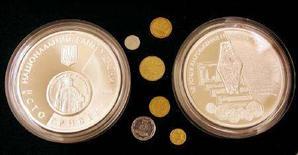 <p>Две монеты достоинством 100 гривен и мелкие украинские монеты, Киев, 30 августа 2006 года. Верховная Рада Украины не смогла набрать 226 голосов для того, чтобы утвердить в первом чтении поправки к госбюджету 2008 года, предложенные правительством и предполагающие увеличение доходов примерно на 12 процентов к сумме, утвержденной в начале года, расходов - на 10 процентов и сокращение дефицита. (REUTERS/Gleb Garanich)</p>