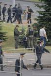 <p>Сотрудники правоохранительных органов изучают место взрыва в Минске 4 июля 2008 года. Белорусская оппозиция сообщает о более десяти задержанных активистах по делу о взрыве в Минске и грозит властям бойкотом парламентских выборов. (REUTERS/Vasily Fedosenko)</p>