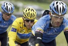 <p>La maglia gialla Kim Kirchen, lussemburghese della squadra Columbia, corre durante l'ottava tappa del Tour de France, il 12 luglio 2008. REUTERS/Bogdan Cristel</p>