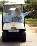 <p>Il premier Silvio Berlusconi mentre nell'agosto 2003 mostra all'allora presidente russo Vladimir Putin il giardino di Villa Certosa. REUTERS/Itar Tass</p>