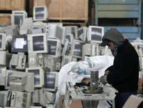 <p>Un impianto di riciclaggio di pc usati e vecchi a Buenos Aires. La foto è del 23 giugno scorso REUTERS/Enrique Marcarian</p>