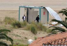 """<p>Испанская полиция осматривает место взрыва на пляже города Ларедо, 20 июля 2008 года.В воскресенье на севере Испании взорвались четыре бомбы, заложенные баскской сепаратистской группировкой """"ETA"""", сообщили представители властей страны. В результате взрывов никто не пострадал, так как полиция получила телефонный звонок с предупреждением о месте и времени взрывов. (REUTERS/Vincent West)</p>"""