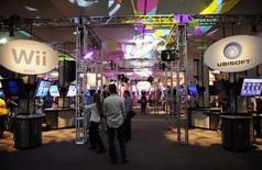 <p>Lors du salon de l'électronique E3, à Los Angles. L'industrie du jeu vidéo s'attend à au moins une ou deux années de forte croissance, soutenue par la demande de nouveaux pays, la diversité des matériels de jeu et l'extension du marché aux joueurs occasionnels, selon des responsables du secteur. /Photo prise le 15 juillet 2008/REUTERS/Phil McCarten</p>