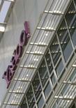 <p>Yahoo a enregistré au deuxième trimestre une baisse de près de 19% de son bénéfice, tombé à 131 millions de dollars contre 161 millions un an plus tôt cependant que son chiffre d'affaires sur la période s'est avéré inférieur aux attentes, dans un contexte de ralentissement économique américain et de bataille avec Microsoft qui veut racheter le groupe internet. /Photo prise le 5 mai 2008/REUTERS/Robert Galbraith</p>