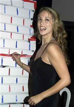 Actress Elizabeth Berkley paints a portion of the Unity artworkas she attends the Art Heals benefit October 9, 2001 in Santa Monica. REUTERS/Rose Prouser