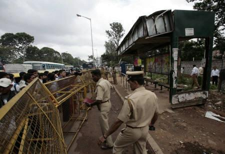 7月25日、インドのバンガロールで連続して8件の爆発、1人死亡・最低15人負傷。写真は爆発現場の1つのバス停(2008年 ロイター)