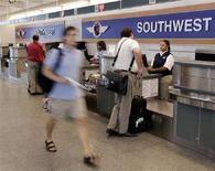 <p>Passeggeri all'aeroporto di Chicago. REUTERS/Jeff Haynes (UNITED STATES)</p>
