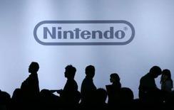 <p>Avec 5,17 millions de consoles Wii écoulées en trois mois, soit des ventes en hausse de 51%, le bénéfice trimestriel de Nintendo a bondi de 31,5%, mais le groupe nippon spécialisé dans le jeu vidéo maintient des prévisions annuelles inférieures à celles du marché. /Photo d'archives/REUTERS/Yuriko Nakao</p>