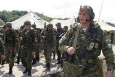 <p>Российские миротворцы у села Кохора в Абхазии 4 мая 2008 года. Россия начала вывод из Абхазии военного железнодорожного батальона численностью 400 солдат, сообщили в среду представители отколовшейся от Грузии самопровозглашенной республики. (REUTERS/Vladimir Popov)</p>