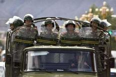 """<p>Полицейский отряд следит за порядком на улице в городе Ласа, Тибет, 20 июня 2008 года Китайская полиция приведена в боевую готовность для предотвращения демонстраций мятежных тибетцев и обеспечения """"абсолютной безопасности"""" во время проведения Олимпийских игр в Пекине, и власти Китая рассчитывают на международную поддержку в этой области, сообщила в среду официальная газета. REUTERS/Nir Elias (CHINA)</p>"""