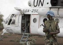 <p>Член миссии ООН в Дарфуре 9 июля 2008 года. Совет безопасности ООН продлил мандат миротворческих сил в опустошенном войной регионе Судана - Дарфуре, несмотря на критику Вашингтона, недовольного тем, что президент страны Омар Хассан аль-Башир может избежать обвинений в организации геноцида. (REUTERS/Albany Associates/Stuart Price/Handout)</p>