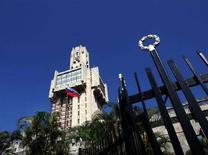 <p>Российский флаг развевается перед посольством РФ в Гаване, 12 апреля 2005 года. Президент Кубы Рауль Кастро в четверг встретился с вице-премьером РФ Игорем Сечиным, который приехал на Кубу, чтобы укрепить связи между странами - бывшими союзниками по холодной войне. (REUTERS/Claudia Daut)</p>