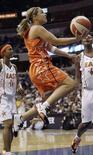 """<p>Американская баскетболистка Бэкки Хэммон (в центре) во время матча всех звезд женской Национальной баскетбольной ассоциации, 15 июля 2007 года. По многим причинам американка Бэкки Хэммон считает, что выступать на Олимпиаде за баскетбольную команду России, не США - это самый """"американский"""" поступок из того, что она делала раньше. (REUTERS/Molly Riley)</p>"""