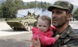 <p>Эвакуация жителей из Цхинвали, 10 августа 2008 года. Российская армия полностью контролирует разрушенную столицу Южной Осетии Цхинвали на четвертой день войны с Грузией, унесшей, по разным оценкам, около 2.000 жизней, и продолжает бомбить цели в глубине грузинской территории, одновременно наращивая группировку в другом отколовшемся от Грузии регионе - Абхазии. (REUTERS/Denis Sinyakov)</p>