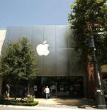 <p>Selon Steve Jobs, le directeur général d'Apple, cité par le Wall Street Journal, plus de 60 millions d'applications conçues ou adaptées pour l'iPhone ont été téléchargées par les clients d'Apple sur App Store, le kiosque en ligne de programmes de la firme à la pomme, dans le mois qui a suivi son ouverture. /Photo prise le 21 juillet 2008/REUTERS/Mario Anzuoni</p>