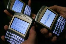 <p>Selon le cabinet d'études Strategy Analytics, les ventes de BlackBerry de Research In Motion ont représenté pour la première fois 10% des ventes de téléphones portables aux Etats-Unis au deuxième trimestre. /Photo d'archives/REUTERS/Mario Anzuoni</p>