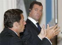 <p>Президент Франции Николя Саркози (слева) и президент РФ Дмитрий Медведев на пресс-конференции в Кремле 12 августа 2008 года. Президенты России и Франции предложили план мирного урегулирования российско-грузинского конфликта, предполагающий вывод войск и поиск международного статуса двух отколовшихся от Грузии регионов - Южной Осетии и Абхазии. (REUTERS/Alexander Natruskin)</p>