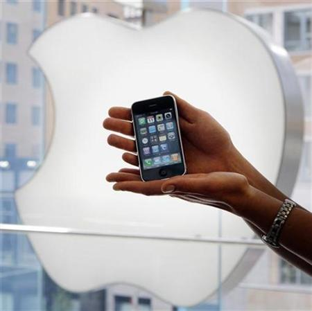 Diane Sot displays her new Apple iPhone 3G at an Apple Store in Boston, July 11, 2008. REUTERS/Brian Snyder