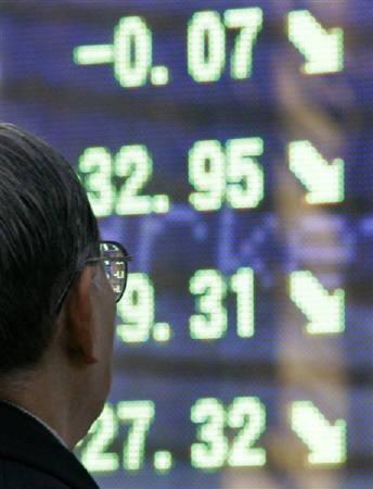 8月14日、東京市場では不動産流動化関連株が軒並みストップ安に沈んだ。写真は昨年1月に東京都内で撮影した株価ボード(2008年 ロイター/Yuriko Nakao)