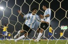 <p>L'argentino Sergio Aguero (a sinistra) festeggia uno dei gol segnati contro il Brasile. REUTERS/Sergio Moraes</p>