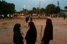 <p>Врачи на месте взрыва бомбы в Исламабаде, 6 июля 2008 года. Два смертника в четверг взорвались недалеко от крупнейшего в Пакистане военно-промышленного комплекса, в результате чего погибли около 40 человек, сообщила местная полиция. REUTERS/Faisal Mahmood(PAKISTAN)</p>