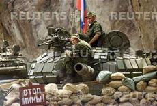 """<p>Российские солдаты на контрольно-пропускном пункте около гризинского села Кехви в Южной Осетии 21 августа 2008 года. Россия выведет свои регулярные войска сначала в Южную Осетию до вечера пятницы, а затем в течение 10 дней российские войска покинут территорию Грузии, однако миротворческий контингент России по-прежнему будет находиться в Южной Осетии и в """"зоне безопасности"""". REUTERS/Vasily Fedosenko (GEORGIA)</p>"""