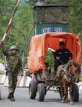 <p>Пограничный пункт российских миротворцев на реке Ингури, 25 апреля 2008 года. Первая группа из 20 военных наблюдателей Организации по безопасности и сотрудничеству в Европе будет в Грузии уже в ближайшие выходные, чтобы следить за тем как Грузия и Россия соблюдают соглашение о прекращении огня. REUTERS/Levan Gabechava (GEORGIA)</p>