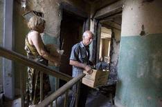 <p>Жители Гори выносят вещи из разрушенного авианалетом дома. Фотография сделана 22 августа 2008 года. Грузинское правительство попросило о предоставлении финансовой помощи в размере $1-2 миллиарда, чтобы восстановить и усовершенствовать инфраструктуру после военного конфликта с Россией, сообщило в пятницу агентство США по оказанию помощи. REUTERS/Adrees Latif</p>