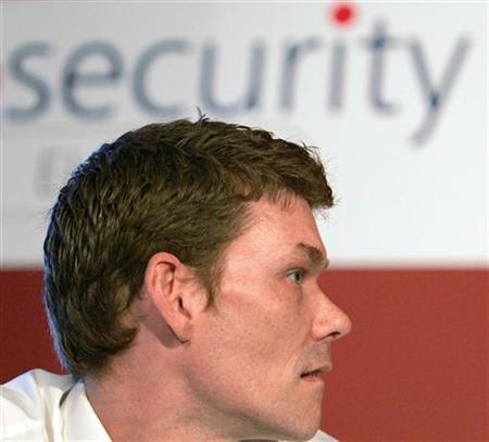 Gary McKinnon, who committed ''the biggest military computer hack of all time'', speaks at an Information Security conference at Olympia in west London April 27, 2006. REUTERS/Toby Melville