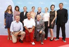 """<p>Il cast del film di Pupi Avati """"Il papà di Giovanna"""" in posa per i fotografi alla Mostra del cinema di Venezia. REUTERS/Denis Balibouse</p>"""