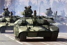 <p>Украинские танки Т-84 на параде в Киеве. Фотография сделана 24 августа 2001 года. Демонстрация военной мощи и решительности России в регионе, который Москва называет сферой своих интересов, заставляет Украину в корне пересмотреть отношение к финансированию армии и в ближайшее время перевооружиться ради собственной безопасности, говорят политики и эксперты. REUTERS/Gleb Garanich</p>