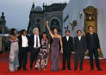 <p>Венецианский кинофестиваль 2008. Фотография сделана 1 сентября 2008 года. Юбилейный, 75-й Венецианский кинофестиваль, открывшийся 27 августа, оказался одним из самых слабых за последние годы. Неудачу кинофестиваля можно списать на забастовки сценаристов в Голливуде или экономический спад, или просто на черную полосу в кинематографе. REUTERS/Denis Balibouse</p>