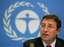 <p>Глава UNEP Ахим Штайнер отвечает на вопросы на пресс-конфренеции в столице Кении Найроби 27 июн 2006 года. Ураганы, тропические циклоны в Атлантическом океане и наводнения в Индии являются напоминанием о том, что глобальное изменение климата может принести еще более серьезные и разрушительные природные аномалии, сообщил в понедельник глава Программы ООН по окружающей среде (UNEP) Ахим Штайнер.REUTERS/Antony Njuguna (KENYA)</p>
