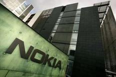 <p>Le premier lancement du combiné Nokia équipé de son service de musique gratuit aura lieu en Grande-Bretagne où le fabricant de téléphones portables a signé un accord de commercialisation avec Carphone Warehouse. /Photo d'archives/REUTERS/Antti Aimo-Koivisto/Lehtikuva</p>