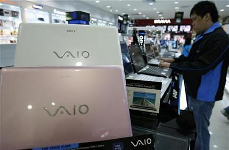 A man looks at Sony Vaio laptops at a showroom in Singapore September 5, 2008. Sony shares fell more than 4 percent to hit the lowest in almost three years on Friday after the electronics maker announced a recall of 438,000 Vaio portable computers due to possible overheating that could burn users. REUTERS/Vivek Prakash