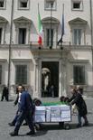 <p>Impiegati governativi trasportano documenti a Palazzo Chigi, in un'immagine d'archivio. REUTERS/Dario Pignatelli</p>