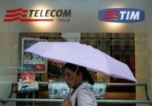 <p>Vetrina di un negozio Telecom Italia a Roma, in un'immagine d'archivio. REUTERS/Dario Pignatelli</p>