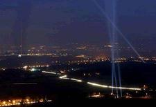 """<p>Прожектора зажглись над землей в Женеве в честь 50-летия Европейского центра ядерных исследований, 29 сентября 2004 года. Ученые из центра сообщили, что накануне запуска Большого адронного коллайдера на ускорителе возникли """"небольшие электрические проблемы"""", однако самый амбициозный и масштабный эксперимент за историю науки начался по расписанию. REUTERS/Denis Balibouse REUTERS</p>"""
