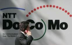 <p>Selon des sources internes au groupe, NTT DoCoMo, le premier opérateur mobile japonais, a engagé des discussions en vue d'acquérir une part minoritaire du capital de l'indien Tata Teleservices, pour un montant qui pourrait dépasser 100 milliards de yens (661 millions d'euros). /Photo prise le 25 avril 2008/REUTERS/Yuriko Nakao</p>