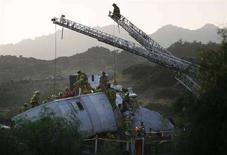 <p>Vigili del fuoco cercano di estrarre le vittime da un treno di pendolari coinvolto in un incidente vicino a Los Angeles, il 12 settembre 2008. REUTERS/Gus Ruelas</p>