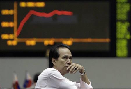 9月17日、IMFのストロスカーン専務理事は金融危機の最悪期がこれから訪れる可能性があると述べた。写真はマニラの証券取引所で株価ボードを見つめるトレーダー(2008年 ロイター/John Javellana)
