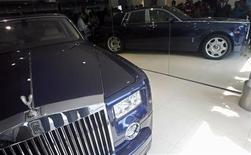 <p>A Rolls-Royce Phantom is displayed at a newly opened showroom in New Delhi September 12, 2008. REUTERS/Adnan Abidi</p>